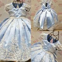 vestidos del desfile de hielo al por mayor-Cute Ice Blue Lace Flower Vestidos para niñas Joya Cuello Gorro Mangas Nudo del arco Satén Vestidos para niñas Vestido de fiesta para niños Fiesta de bodas
