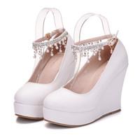 sapatos de noiva com toques redondos mulheres venda por atacado-New Fashionl dedo do pé redondo sapatos para as mulheres brancas pérolas saltos plataforma de moda sapatos de casamento calcanhar sapatos cunha elegante beading nupcial calcanhar