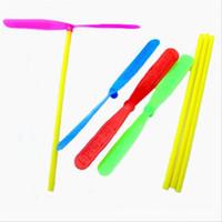 helicópteros para volar al por mayor-Originalidad forma de libélula de juguete platillo volante plástico bambú helicóptero juguetes al aire libre de moda con varios colores para niños 0 04jx jj