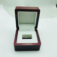 cajas de madera para el envío al por mayor-Precio de fábrica al por mayor claro superior una ranura ranura de exhibición de anillo de campeonato de madera 7 * 7 * 5.2 (cm) envío de la gota Embalaje