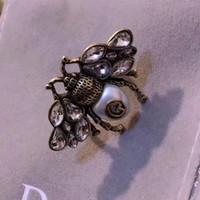ingrosso stampaggio in ottone-Anello d'epoca in ottone di lusso aperto a forma di ape e anello di diamanti con perla colorata natura decorare e bollo logo gioielli anello di fascino PS643