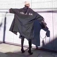 gabardinas negras para las mujeres al por mayor-Carta de lujo europea Logo largo Trench Coat Retro Street Cómodo hombres flojos y mujeres par chaqueta de la chaqueta a prueba de viento negro HFSSJK040