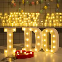 letras de la lámpara al por mayor-26 Letras Número 0-9 Lámparas de Luz Cálida LED Luz Nocturna Marquee Signo Alfabeto Lámpara Para El Cumpleaños Del Banquete de Boda Dormitorio Colgante de Pared Decoración