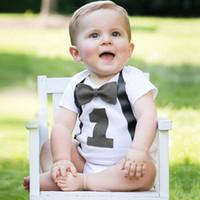 ingrosso vestito bianco del pagliaccetto dei neonati-Neonato Neonato Vestiti Bianchi Baby Pagliaccetti Tuta Bretelle Papillon Little Gentleman Abiti Primo compleanno Outfit Boy Pagliaccetto Cotton Wear
