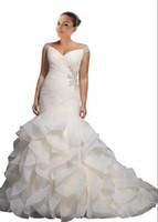 sexy brautkleider großhandel-2018 Neue Ankunfts-Hochzeits-Kleid-Nixe plus Größen-preiswerter V-Ansatz weg von der Schulter-Kappen-Kurzschluss-Hülse mit Bling-Perlen-Rüschen-Land-Entwerfer