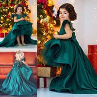 yeşil hi lo organza elbisesi toptan satış-Koyu Avcı Yeşili Yüksek Düşük Çiçek Kız Elbise Düğün İçin Saten Ve Organze Kızlar Pageant Törenlerinde Büyük Yay Sweep Tren Çiçek Kız Elbise
