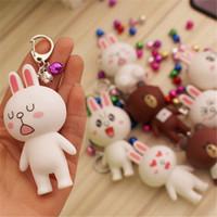 pareja muñeca oso al por mayor-Popular caricatura y sorpresa muñeca de acción figura squishy lindo osito conejo muñeca campana llavero par colgante par.