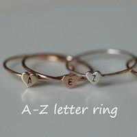 ringe großhandel-Einfache Gold Herz zierliche Name Buchstaben Muster Ringe beliebte Gold / Silber Brief geschnitzt sinnvolle erste Fingerring Frauen Schmuck Geschenk
