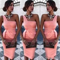 um ombro vestidos para damas de honra venda por atacado-Vestidos de Cocktail Um ombro Curto Vestidos Bainha Cetim Ruffles Na Altura Do Joelho Curto Vestidos de Baile Vestidos de Dama de honra Formal Desgaste Do Partido