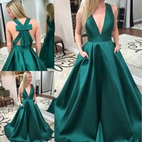 ingrosso lunghi abiti puffy verde-Vendita calda abiti da sera lunghi in raso verde con scollo profondo scollo a V Puffy Princess Prom Gowns Weddings Guest Dress