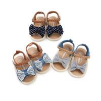 neue schuhe kinder sandalen großhandel-3 farben neuheiten Weichen boden anti-skid baby sandale kinder mädchen spitze denim patchwork bogen baby erste wanderer schuhe
