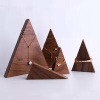gradas por encargo al por mayor-Exhibición de la joyería de madera de alta calidad madera de nogal negro mano de la mano por encargo soporte de exhibición para el collar pendiente