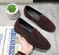 zapatos de vestir grises para hombre al por mayor-Nueva moda para hombre de cuero de gamuza mocasines Slip en los zapatos casuales Zapatos de vestir belgas Zapatillas Pisos de los hombres con Bowtie Negro Marrón Gris DH2N34