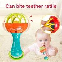 oyuncaklar sakızları toptan satış-Diş Kaşıyıcı Çıngırak Oyuncak Bebek Zeka Grasping Gums Plastik El Çan Çıngırak Komik Eğitim Mobiles Oyuncaklar Noel Doğum Günü Hediyeleri