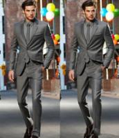 tuxedo anzug für männer dunkelgrau großhandel-2018 Dark Grey Slim Fit Seitenschlitz Bräutigam Smoking Zwei Tasten Kerbe Revers Männer Anzüge Mann Groosmen Anzug (Jacke + Pants + Tie)