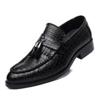 zapatos de cocodrilo hombres al por mayor-Fringe Slip On Men Shoes Mocasines con borlas Zapatos de cuero artificial Zapatos de cocodrilo con punta estrecha para hombres Zapatos Hombre Size 38-44