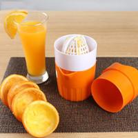 ingrosso tazze di plastica arancione-Estrattore di plastica per spremiagrumi manuale Mini bottiglia di succo di limone Estrattore di spremiagrumi Citrus Hand Press Cup Utensili per frutta e verdura
