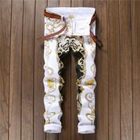 erkek kot pantolon beyaz sığdır toptan satış-Yüksek Kalite Yeni Geliş Erkekler Rahat Desen Baskılı Kot Pantolon Erkek Graffiti Baskı Beyaz Hip-Hop Moda Jean Slim Fit Pantolon
