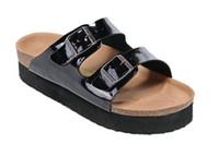 ea4821d7983db8 Nouveau Célèbre Marque Arizona Hommes Sandales Plates Pas Cher Femmes  Casual Chaussures Mâle Double Boucle D'été Plage Top Qualité Véritable  Pantoufles En ...