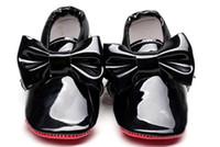 ingrosso scarpe da bambino brevettate-Hongteya Nuova pelle verniciata Suola inferiore rossa Baby Mocassini bambina bambino Scarpe con cravatta Infantile primi camminatori