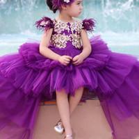 ingrosso i vestiti dalla ragazza del fiore della piuma viola-La ragazza di fiore di Tulle viola veste i vestiti di compleanno alti-bassi della ragazza della manica del manicotto di applique dorata della piuma del gioiello dei vestiti