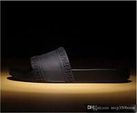 chaussons achat en gros de-avec boîte chaude marque Hommes Plage Slide Sandales Medusa Scuffs 2017 Pantoufles Hommes blanc Plage Mode sandales designer US $ 7-12