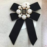 ingrosso perni di corallo perla-Accessorio dei monili di modo Classico Bowknot Perla Spilla Fascino Spilla Corpetto Spilla Decorazione del costume da sposa