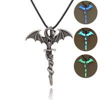 colgante de espada de aleación al por mayor-Pterosaurs Luminous Pendant Necklace Juego de tronos Colgante Resplandor en la oscura Aleación Colgantes Espada antigua con cadena de cuero