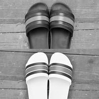фирменные мужские сандалии оптовых-GUCCI Высокое качество роскошный бренд дизайнер мужчины лето резиновые сандалии пляж слайд мода потертости тапочки крытый обувь размер EUR 40-45