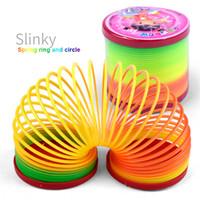 anneaux en plastique pour enfants achat en gros de-Jouets pour enfants Magique En Plastique Slinky Rainbow Printemps Coloré Nouveaux Enfants Drôle Jouet Classique Couleur Aléatoire Rainbow Cercle Bobine Anneaux de circulation élastique