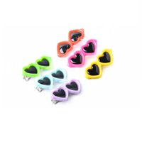 сердечки одежда клипы оптовых-Pet Dog Bows Заколки для волос Lovely Heart Солнцезащитные очки Шпилька Pet Dog Летняя одежда Уход Аксессуары ZA6105