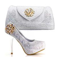 zapatos a juego conjuntos de bolsos al por mayor-Los nuevos zapatos y el bolso del tacón de plata 2018 más nuevos fijaron los zapatos italianos elegantes con los bolsos a juego fijados para los bolsos de boda del partido