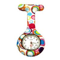 reloj unisex de color al por mayor-Creativo Unisex Fob Relojes Círculos de colores Enfermera Clip-on Broche colgante Colgante de bolsillo Reloj de cuarzo Hombres Mujeres Relojes de bolsillo