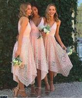 vestidos de té de coral al por mayor-2019 Nuevos vestidos de dama de honor Tea-length Blush Pink Navy Blue Lace Irregular Hem V Neck Maid of Honor Fiesta de bodas en el país Vestidos de invitados