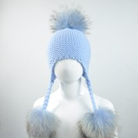 911bb8806a2f Tricoté chapeau de bébé avec trois vrais pompons de fourrure enfants beanie  garçon fille naturelle balle de fourrure de raton laveur enfants Cap mignon  joli ...