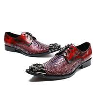 los hombres se visten los cordones de los zapatos de vestir al por mayor-De alta clase patrón de serpiente roja de cuero de los hombres zapatos de vestir con cordones de metal puntiagudo zapatos de boda del partido del club nocturno calzado masculino fresco