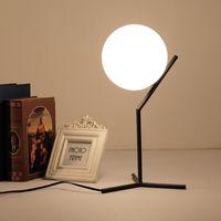 minimalist masa lambaları toptan satış-Ucuz E27 Siyah beyaz Kuzey Avrupa Minimalist Modern Basit Cam Top Masa Lambası Oturma Odası Masa Işık Standı Için lamba