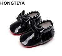 sapatos de patentes de meninos venda por atacado-HONGTEYA borla couro vermelho sola macia fundo do bebê Mocassins bebê meninos meninas Sapatos bow-tie Infantil criança primeiros caminhantes