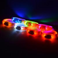 flash-sound-tasten großhandel-Vibrationstaste Sprachsteuerung LED blinkendes Armband Sound aktiviert Glow Wristband Nachtlicht leuchtet für Club Party Bar Disco Cheer