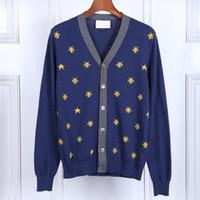 suéteres cardigan con cuello en pico para hombres al por mayor-New Man Luxury Winter Sweaters Fashion Bees bordado Star Sweaters Casual Cardigan Cuello pico Suéter joven tops