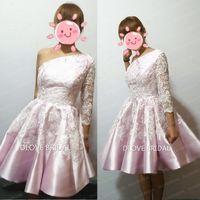 одно белое коктейльное платье с рукавом оптовых-Реальные фото розовые атласные белые кружевные коктейльные платья одно плечо аппликация линия короткое 3/4 с длинным рукавом платье возвращения на родину выпускного вечера платье