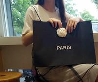 подарочные пакеты для одежды оптовых-Известная мода CC новый складной фото реквизит Камелия бумажные мешки экологически чистые прочные сумки вешалка для одежды покупки подарочные сумки