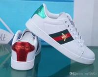 designer material venda por atacado-Mens designer de luxo sapatos casuais sapatos brancos das mulheres dos homens sapatilhas material avançado abelha flor cobra coração amor couro genuíno