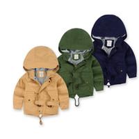 erkek çizgili ceketi toptan satış-Bebek Erkek Hoodies Ceketler Swallowtail Halat Bronz Düğme Fermuar Cepler Çizgili Kaşmir Kalınlaşma Yastıklı Kış Kısa Rüzgarlık Ceket