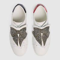 schmetterling schuhe frauen großhandel-Luxus Billig Designer Männer Frauen Sneaker Freizeitschuhe Hochwertige Leder Schmetterling Dekoration Turnschuhe Ace Schuhe Weiße Turnschuhe