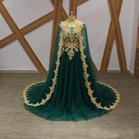 robes de soirée en or achat en gros de-2019 robes de soirée vert émeraude avec cape en dentelle dorée appliqued tribunal train cou licou robes de soirée pour les vêtements des femmes