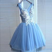 blue tulle cocktail dress toptan satış-2019 Yeni Varış Sky Blue Diz Boyu Tül Mezuniyet Elbiseleri Kolsuz V Boyun Beyaz Dantel Aplike Üst A Hattı Kısa Kokteyl Parti Törenlerinde