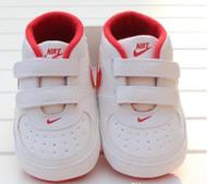 zapatos de niño regalos al por mayor-Patrón del recién nacido Niño Niña estrella del corazón Los niños primeros caminante niños atan para arriba las zapatillas de deporte de la PU 0-18 Meses regalo zapatos de bebé