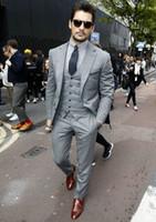 mens gümüş gri takım elbise toptan satış-Yeni Tasarım Custom Made Açık Gri Groomsmen Erkekler Için Düğün Takımları Damat Smokin Erkek Takım Elbise Iş 3 Parça Parti Suit (Ceket + Pantolon + Yelek + Kravat)