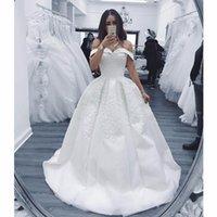 volante de la bola del hombro al por mayor-Elegante princesa vestidos de novia fuera del hombro apliques perlas capilla vestidos de novia volantes satinado vestido de bola vestido de novia